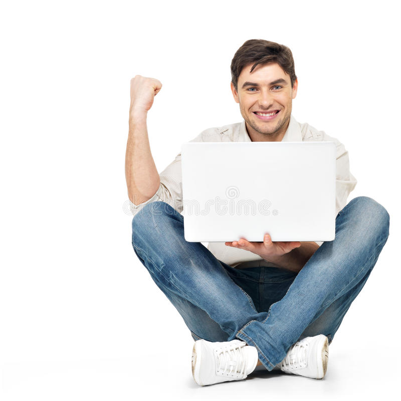 Gelukkige succesvolle mens die aan laptop werken stock foto's
