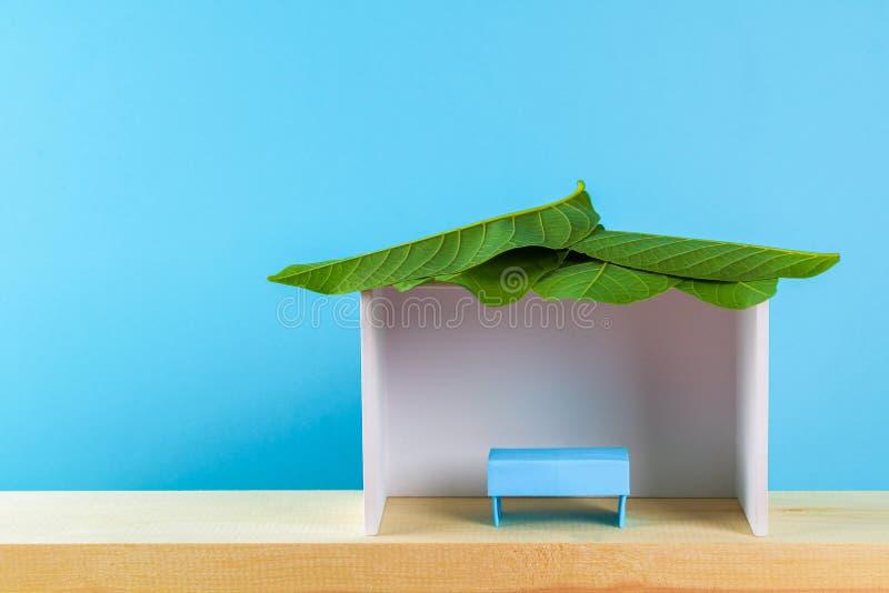 Gelukkige Sukkot Een hut van document wordt met bladeren op een blauwe achtergrond wordt behandeld gemaakt die Kopieer de ruimte royalty-vrije stock foto