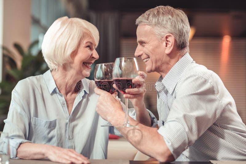 Gelukkige teruggetrokken man en vrouw die samen lachen royalty-vrije stock foto's
