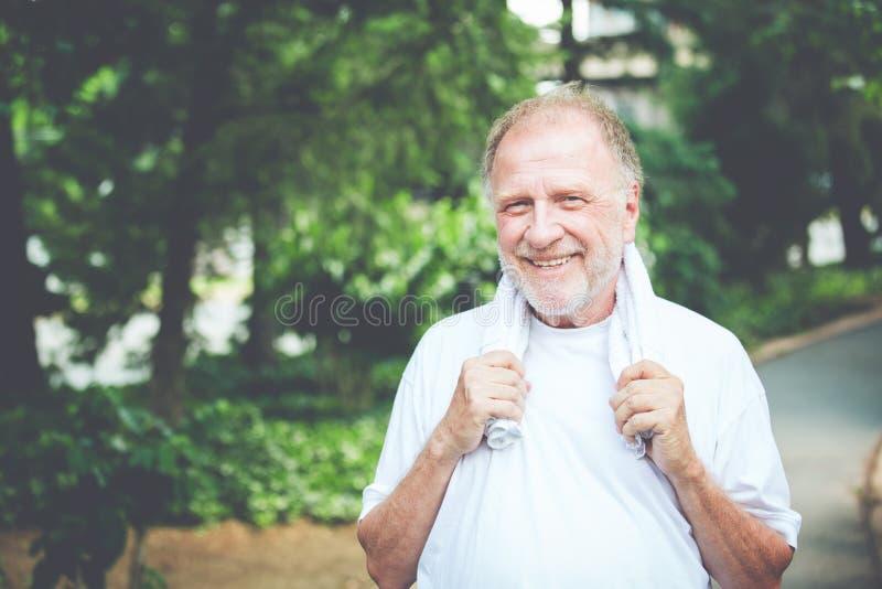Gelukkige teruggetrokken oude mens stock foto