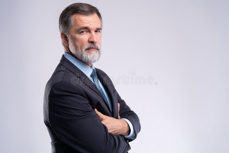 Gelukkige tevreden rijpe zakenman die die camera bekijken op witte achtergrond wordt geïsoleerd royalty-vrije stock foto's