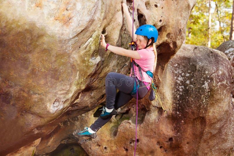 Gelukkige tiener bergbeklimming op bosgebied stock afbeelding