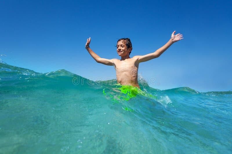 Gelukkige tiener bevindende taille diep in zeewater royalty-vrije stock afbeeldingen