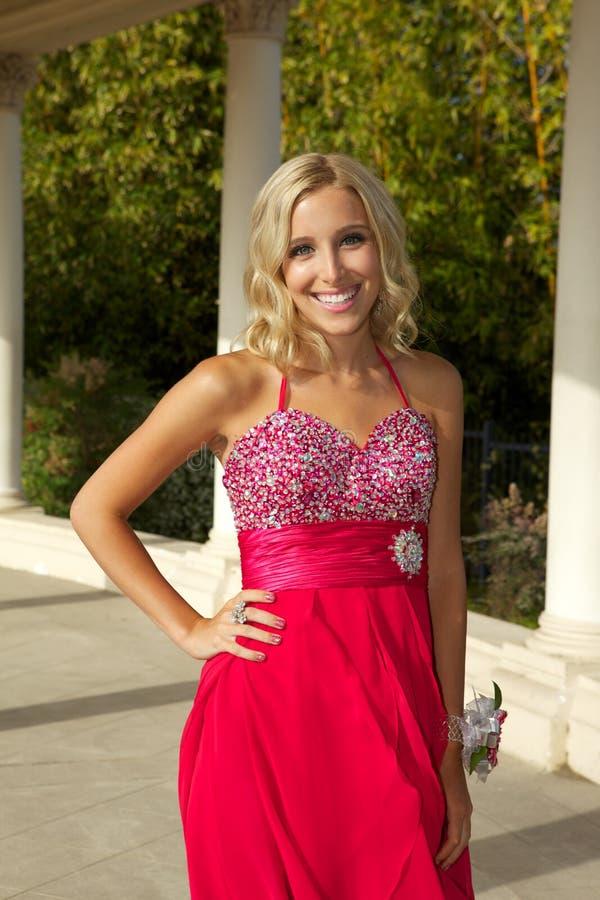 Gelukkige Tiener die naar Prom in een Rode Kleding gaan royalty-vrije stock foto