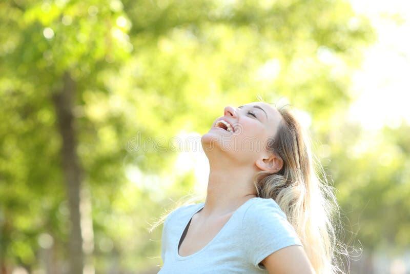 Gelukkige tiener het lachen ademhalings verse lucht stock foto
