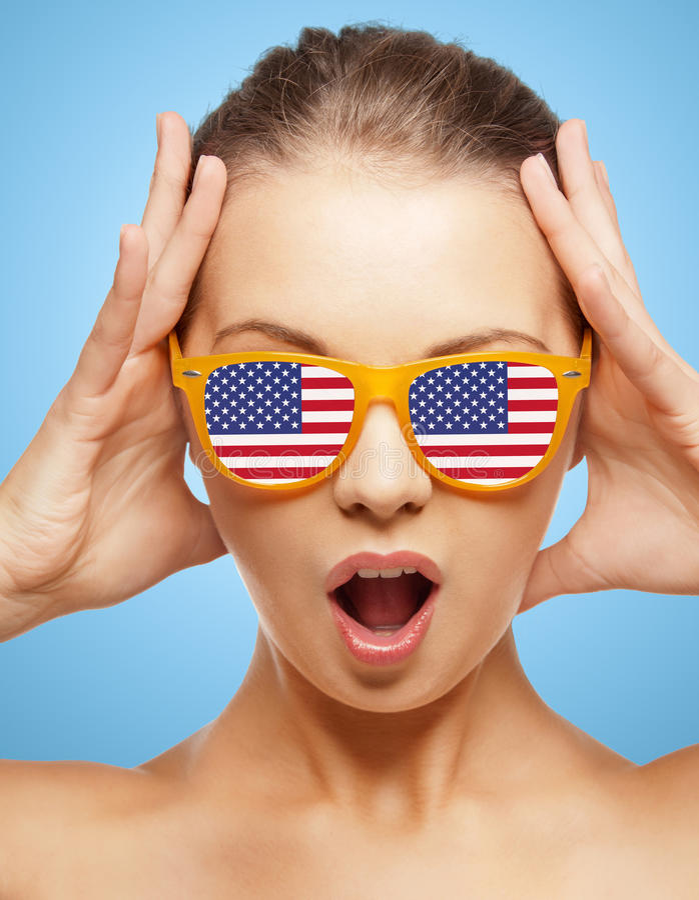 Gelukkige tiener in schaduwen met Amerikaanse vlag stock foto's