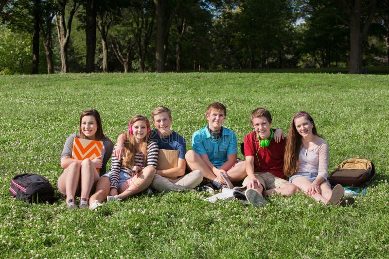 Gelukkige Tienerjaren met Rugzakken royalty-vrije stock afbeelding