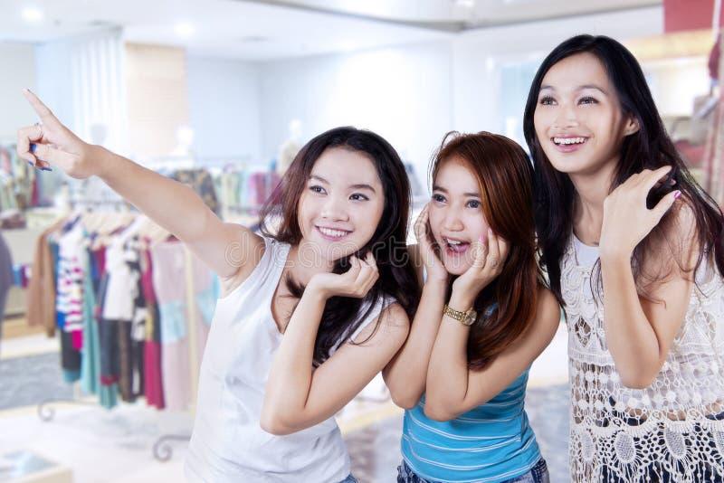 Gelukkige tienermeisjes in winkelcentrum royalty-vrije stock fotografie