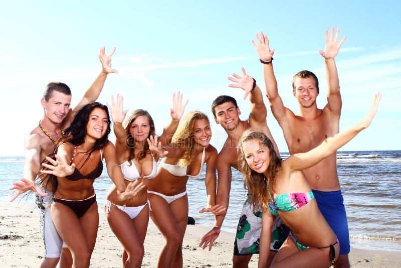 Gelukkige tieners bij het overzees stock foto's