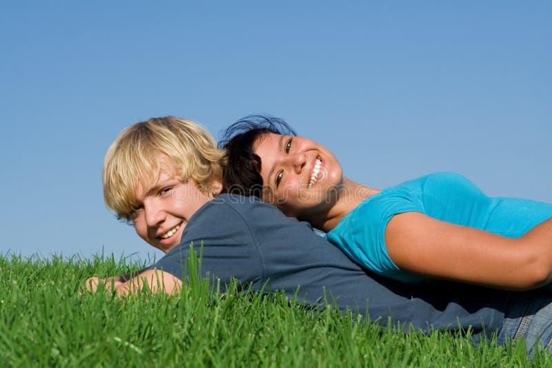 Gelukkige tieners in de zomer stock afbeelding