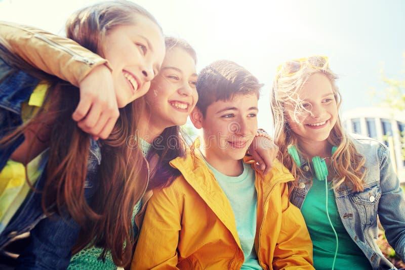 Gelukkige tienerstudenten of vrienden in openlucht stock foto