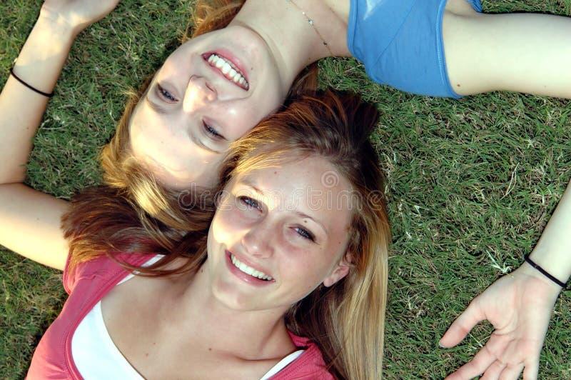 Gelukkige tienervrienden stock foto's