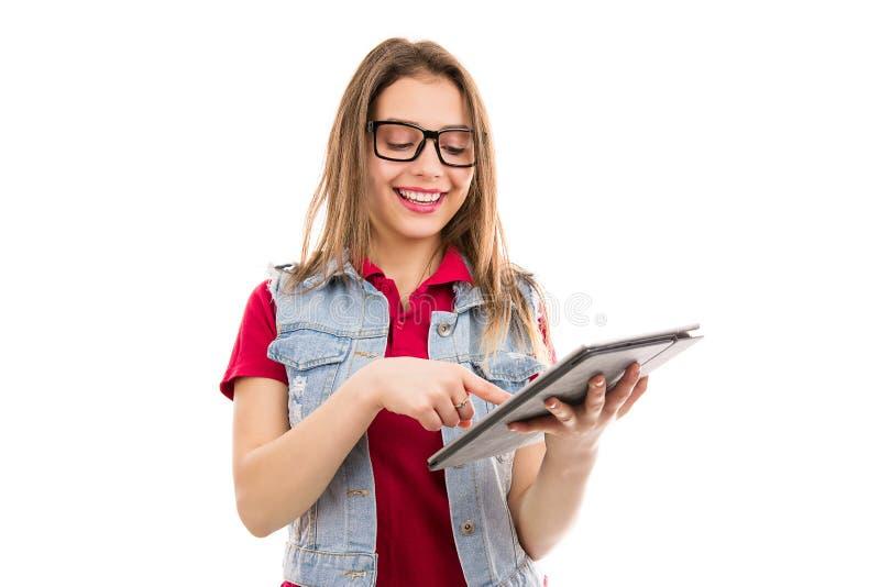 Gelukkige tienervrouw die tablet gebruiken royalty-vrije stock foto's