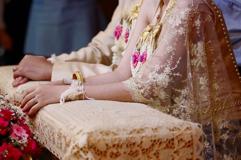 Gelukkige tijd van jonggehuwdepaar in de ceremonie van de waterrelancering Thais traditioneel huwelijk Selectieve nadruk en ondie stock afbeelding