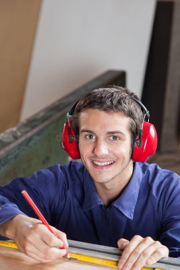 Gelukkige timmerman in zijn workshop stock fotografie