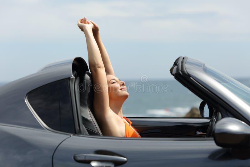 Gelukkige toerist die van een roadtrip op de zomervakanties genieten stock afbeelding