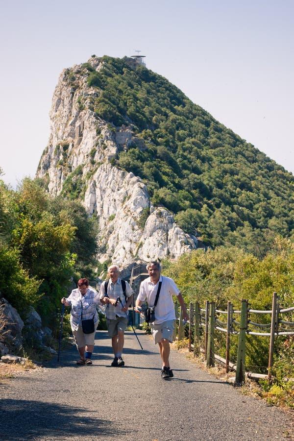 Gelukkige toeristen op de Rots van Gibraltar stock foto's