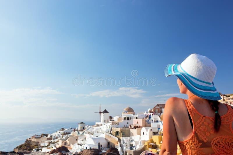 Gelukkige toeristenvrouw op Santorini-eiland, Griekenland Reis stock foto's