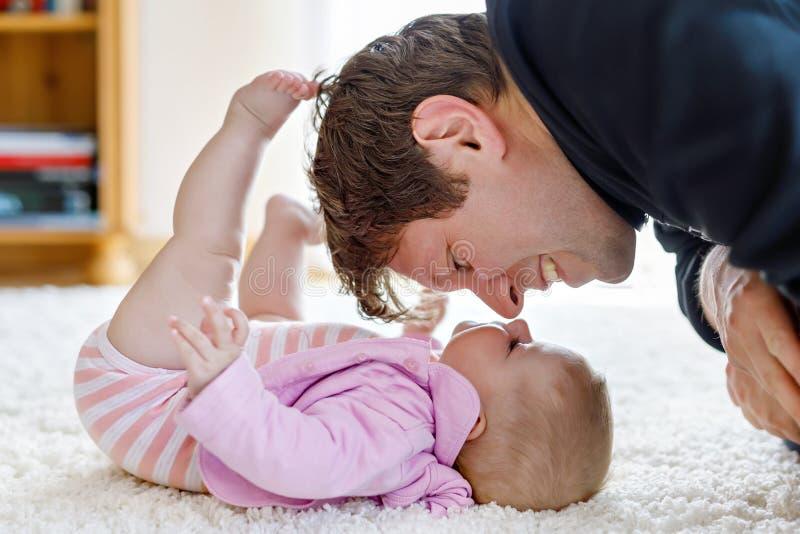 Gelukkige trotse jonge vader met pasgeboren babydochter, familieportret samen stock afbeelding