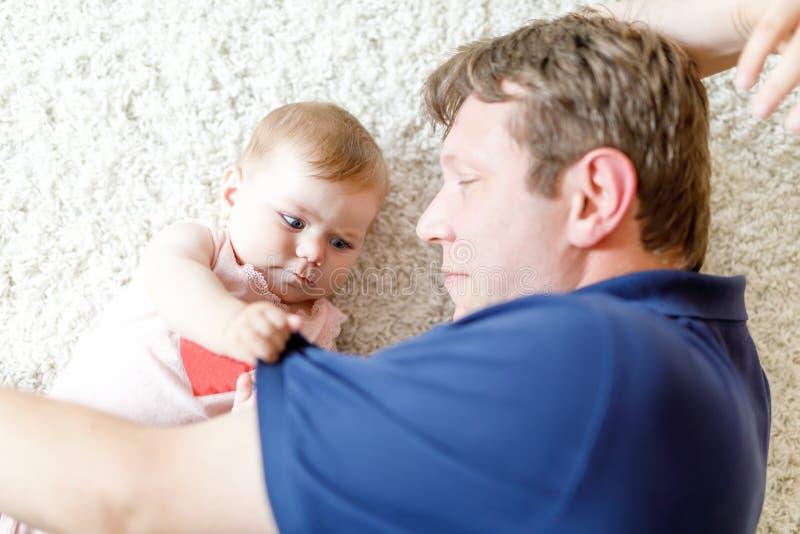 Gelukkige trotse jonge vader met pasgeboren babydochter, familieportret samen stock foto's