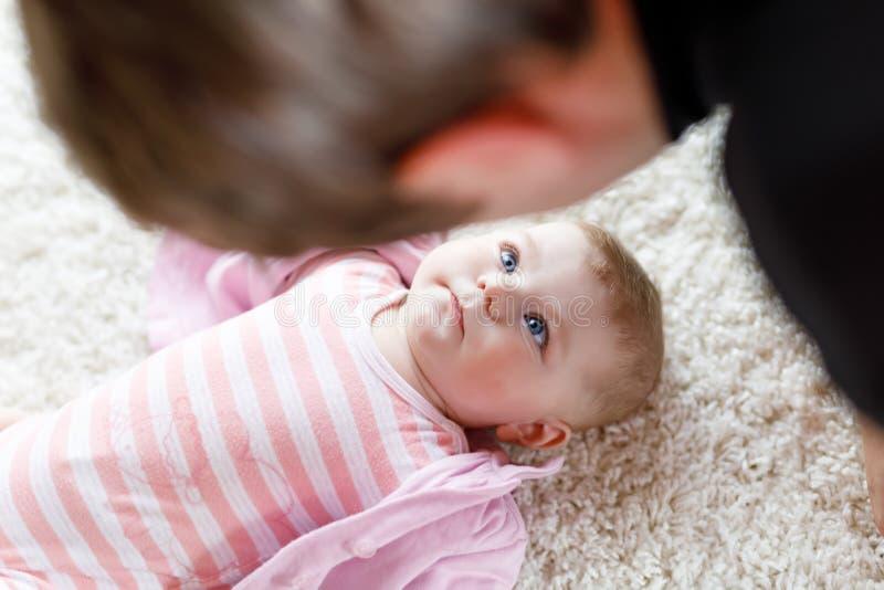 Gelukkige trotse jonge vader met pasgeboren babydochter, familieportret samen stock fotografie