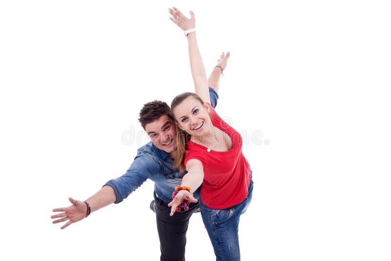 Gelukkige twee jonge mensen die het vliegen gesturing