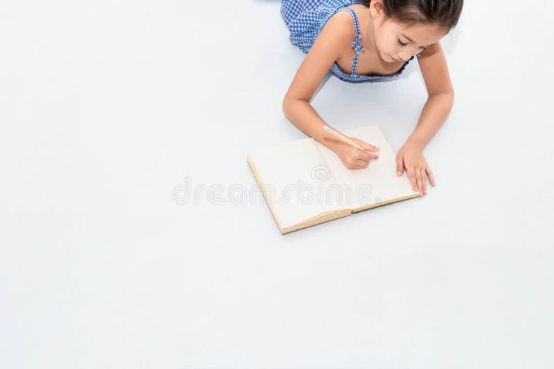 Gelukkige twee zustertekening in schetsboek samen thuis Mensenlevensstijl en jonge geitjesspel Onderwijs en Kinderenconcept diver stock foto's