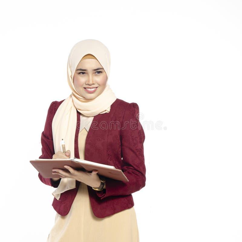 Gelukkige uitdrukking van jonge aantrekkelijke muslimah met hijab isolat stock afbeeldingen