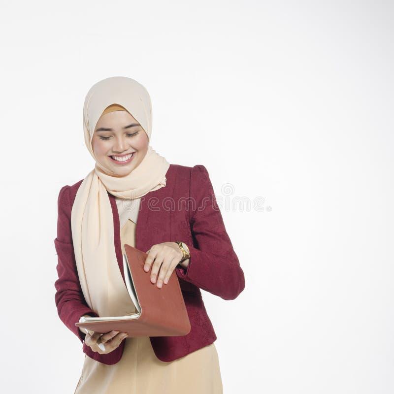 Gelukkige uitdrukking van jonge aantrekkelijke muslimah met hijab isolat royalty-vrije stock foto