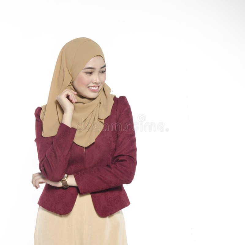Gelukkige uitdrukking van jonge aantrekkelijke muslimah met hijab isolat royalty-vrije stock afbeelding