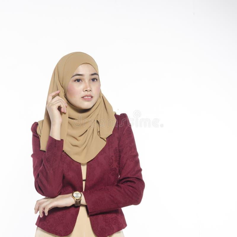 Gelukkige uitdrukking van jonge aantrekkelijke muslimah met hijab isolat royalty-vrije stock fotografie