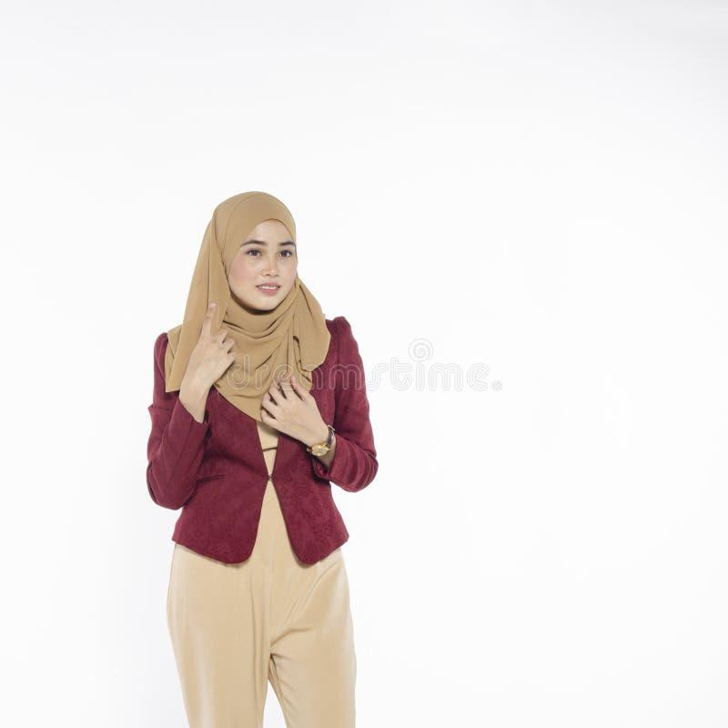 Gelukkige uitdrukking van jonge aantrekkelijke muslimah met hijab isolat stock fotografie