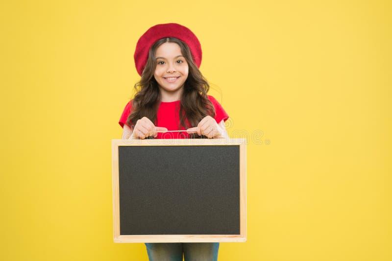 Gelukkige uren Goed Nieuws Schoolinformatie Het informeren van u De informatieraad van kindpromo Plaats voor informatie Meisje royalty-vrije stock afbeeldingen