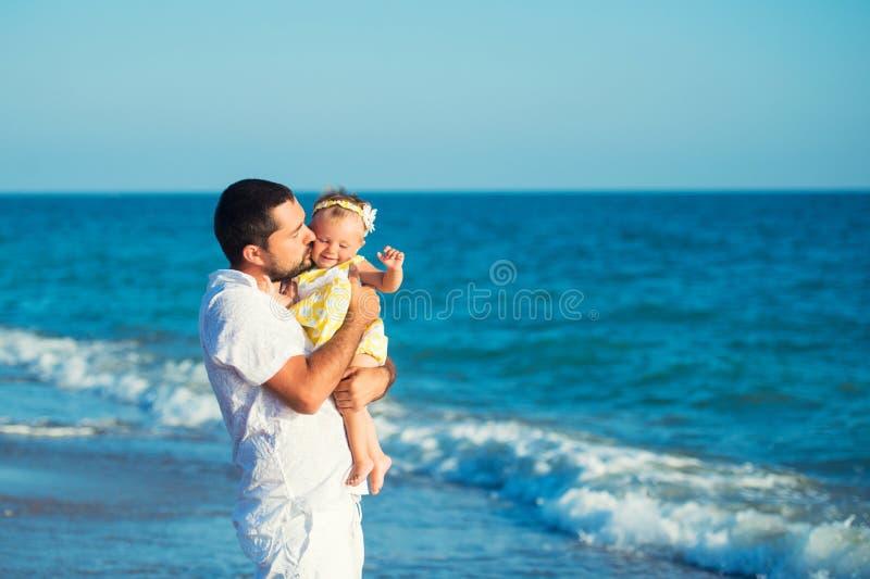 Gelukkige vader die met leuk weinig dochter spelen bij het strand Rust in Turkije stock foto