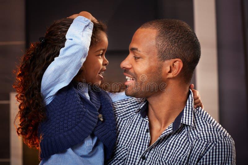Gelukkige vader en dochter samen stock foto