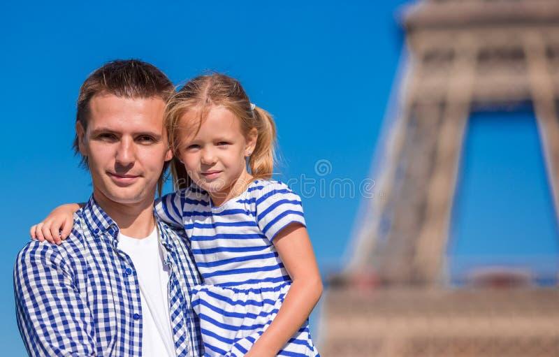 Gelukkige vader en weinig aanbiddelijk meisje in Parijs stock foto's