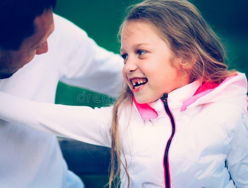 Gelukkige vader en zijn aanbiddelijke kleine dochter in openlucht royalty-vrije stock foto's