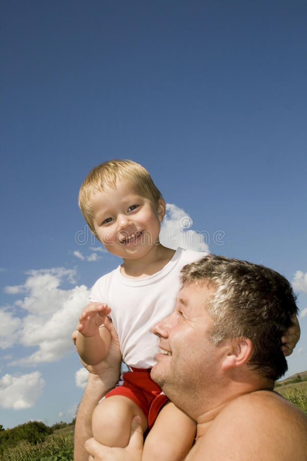 Gelukkige vader en zijn zoon royalty-vrije stock afbeelding
