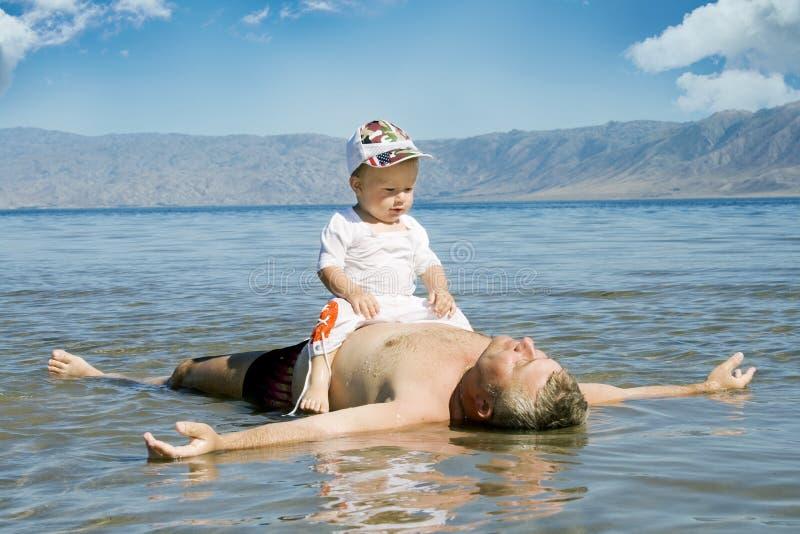 Gelukkige vader en zoon royalty-vrije stock fotografie