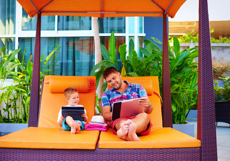 Gelukkige vader en zoon bezig met digitale tablet op vakantie royalty-vrije stock afbeeldingen