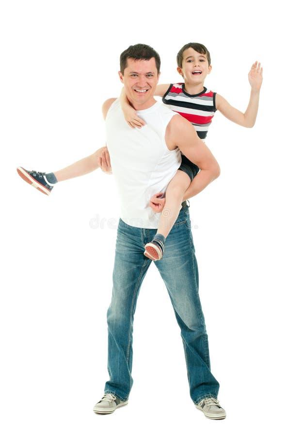 Gelukkige vader en zoon die die pret hebben op wit wordt geïsoleerd stock foto