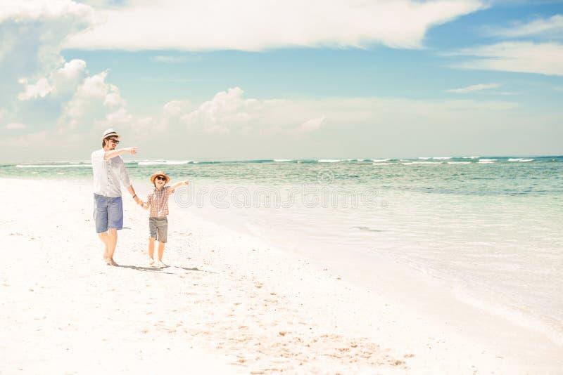 Gelukkige vader en zoon die strand van tijd op de zomer genieten royalty-vrije stock fotografie