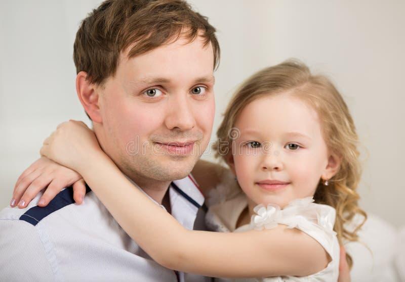 Gelukkige vader met zijn kleine prinses royalty-vrije stock fotografie