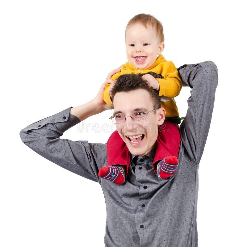 Gelukkige vader met zijn zoon op zijn schouders royalty-vrije stock afbeeldingen