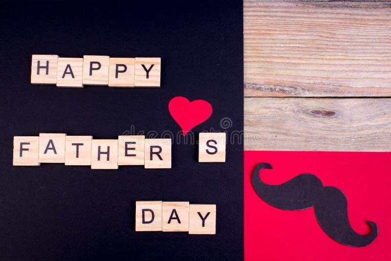 Gelukkige Vaderdag op houten achtergrond symbolen van liefde, vader, mens Gelukkige de dagachtergrond van Valentine ` s Exemplaar stock afbeeldingen
