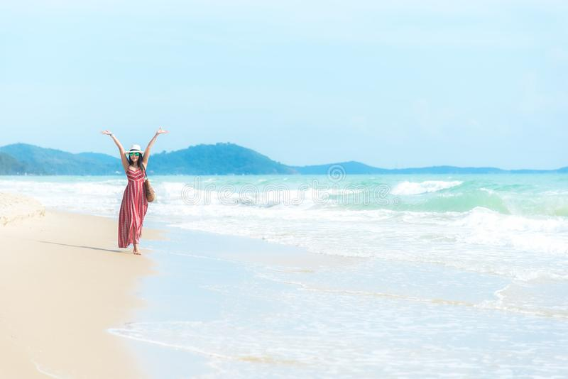 Gelukkige Vakantie en de Zomer Glimlachende Aziatische vrouw die de manierzomer dragen royalty-vrije stock foto's