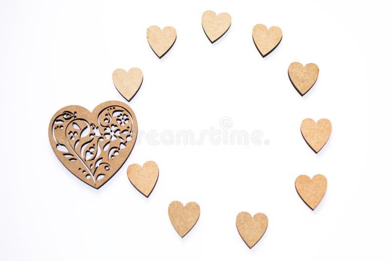 Gelukkige Valentine' s dag! Rond kader van houten harten op witte achtergrond met exemplaarruimte Concept de lente, liefde,  royalty-vrije stock foto's