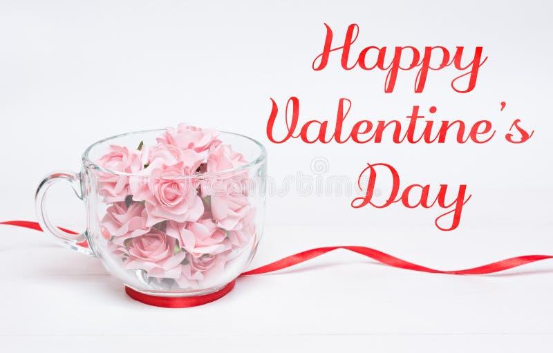 Gelukkige Valentine& x27; s Dagconcept Het hoogtepunt van de glaskop van rozen royalty-vrije stock afbeelding