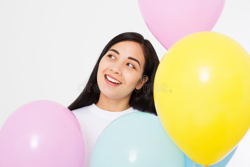 Gelukkige Verjaardag Ballonpartij Gelukkig Aziatisch die meisje met ballons op witte achtergrond wordt geïsoleerd De ruimte van h royalty-vrije stock afbeeldingen