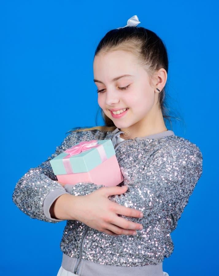 Gelukkige Verjaardag De viering van de vakantie Vrolijk kind Meisje met Gift verrassing De Dag van kinderen gelukwens royalty-vrije stock afbeeldingen
